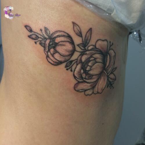 tatuaz kwiaty biel czern
